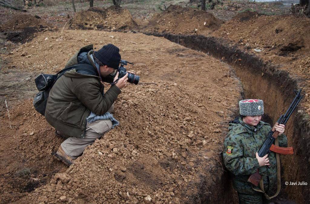 El corresponsal internacional Ángel Sastre presenta su trabajo en zonas de guerra en una conferencia en el Ateneo de Cáceres