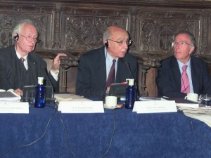 Rienhard Selten (izquierda), José Saramago (centro) y Marcelino Oreja (derecha) en una reunión de la Academia (2006)
