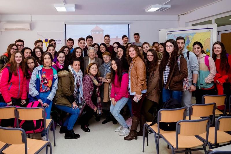 Una superviviente de Auschwitz visita Extremadura para compartir su experiencia con los alumnos del IES Ildefonso Serrano, de Segura de León